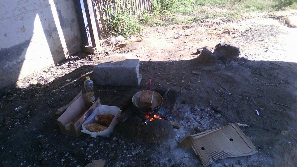 Kochstelle: da einige Familien keinen Gaskocher haben, nutzen sie Feuerstellen